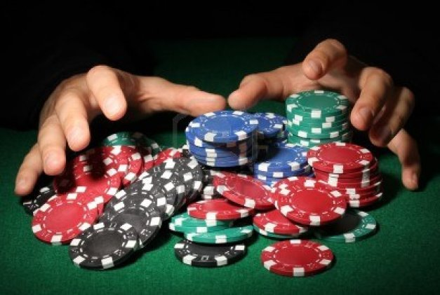 poker-chips-and-hands-above-it-on-green-table